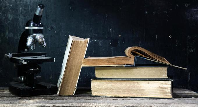 Книги и микроскоп